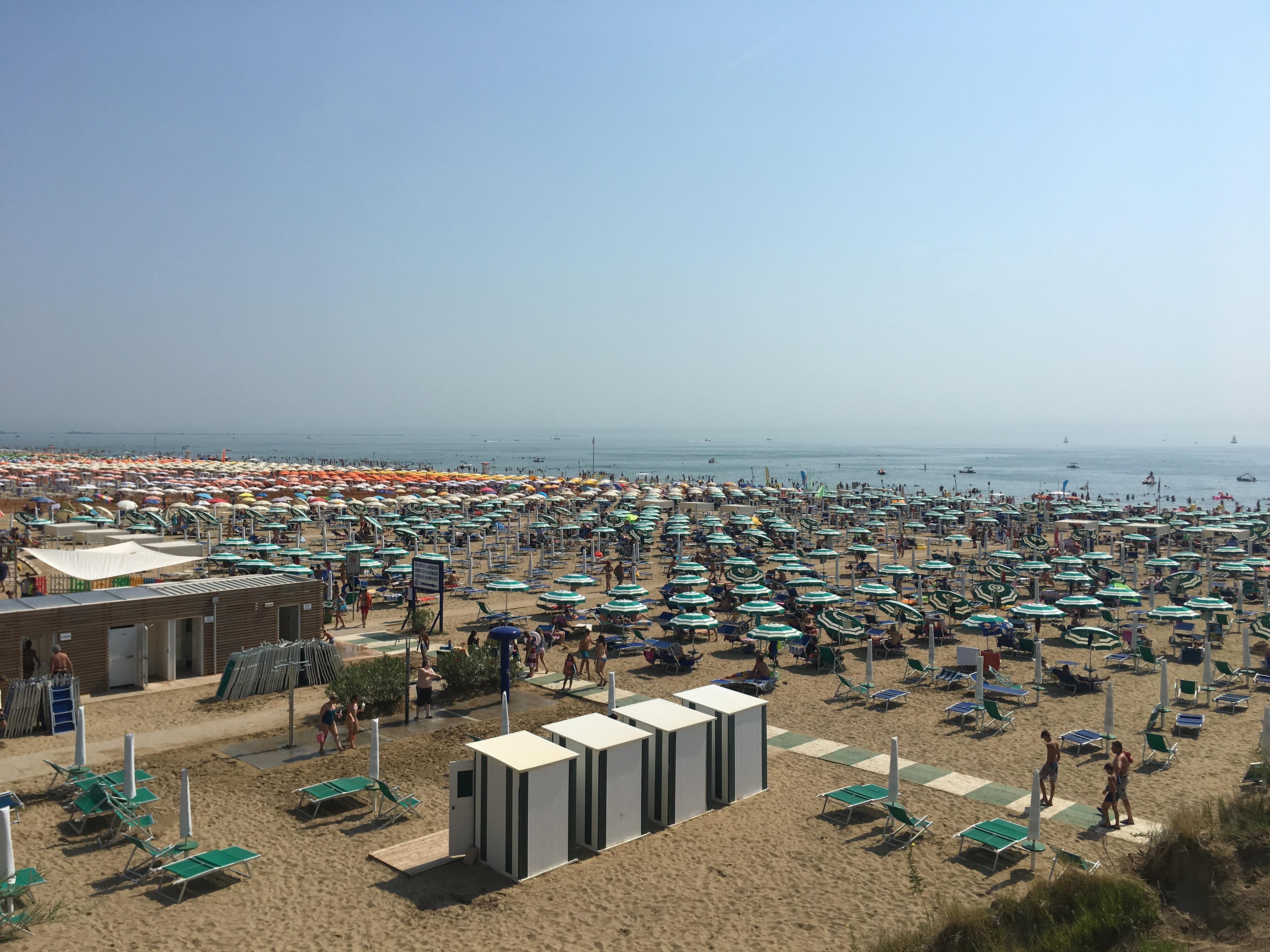 Unzählige Strandliegen an der italienischen Adria in Lignano Sabbiadoro